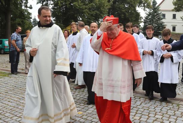Po přivítání kardinál zamířil do kostela ke krátké osobní modlitbě u svatostánku.