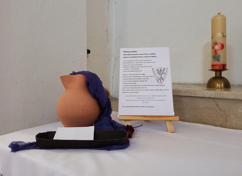 V kapli je nově keramický džbán, kam mohou lidé vkládat své prosby k Bohu
