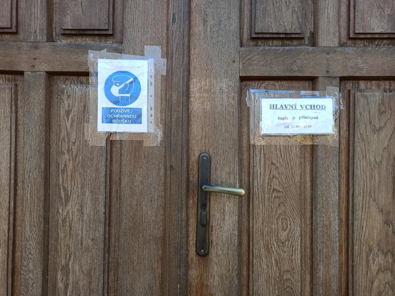 Do kaple je v době lockdownu vstup pouze hlavním vchodem