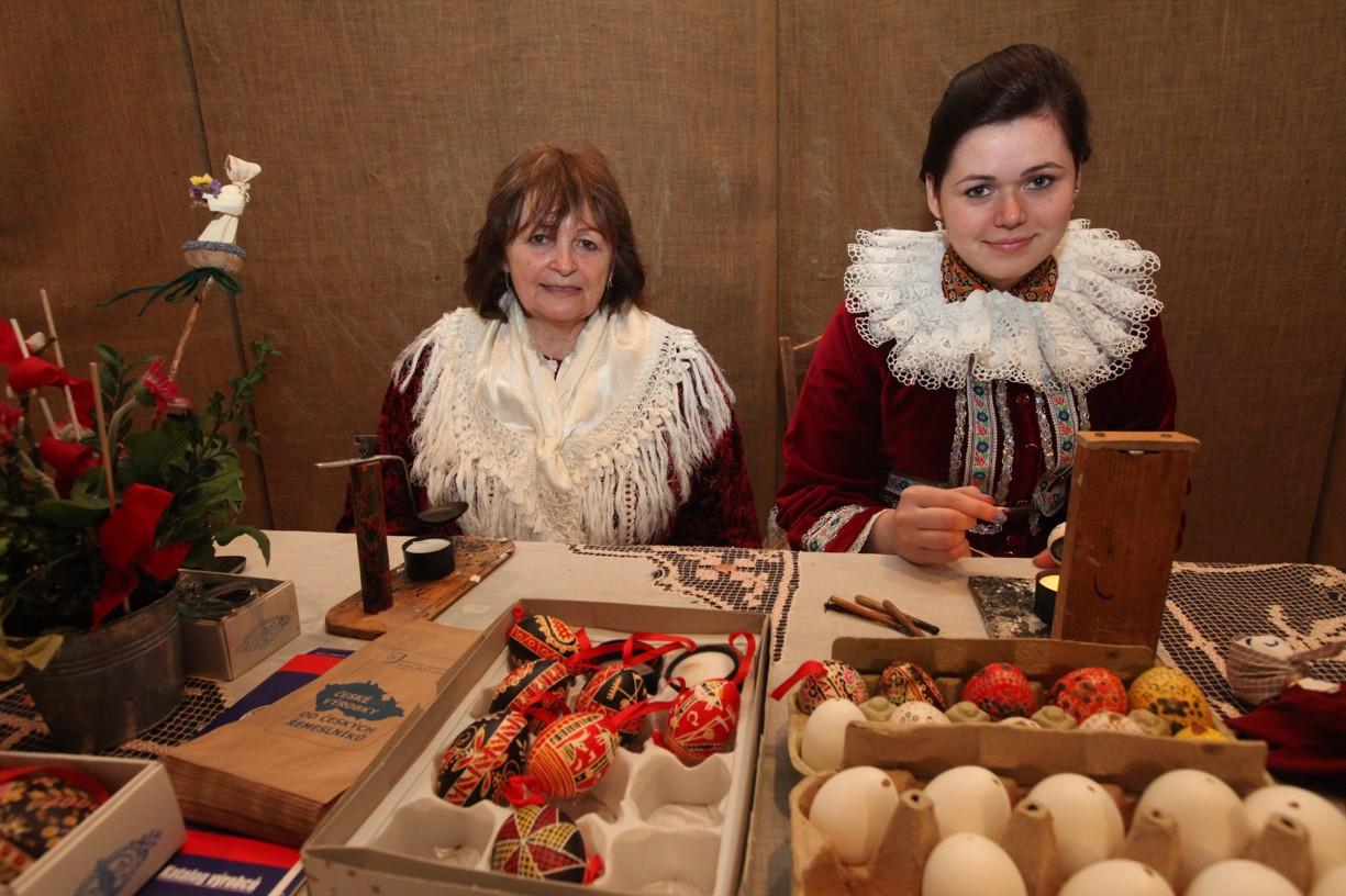 Malérečka Marie Čiháková s vnučkou Šárkou předváděly v minulých letech své umění samozřejmě i doba v Blatnici, kde je obdivovaly i děti z mateřské a základní školy.