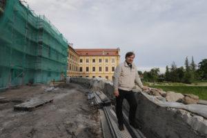 Tady bude po opravě chrámu terasa, která bude navazovat na komunitní centrum kostela, kde by měla být i kavárna.