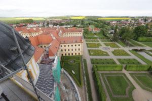 Díky vstřícnosti kněze jsem se dostala na lešení jižní věže a mohla park i zámek fotit z ptačí perspektivy.