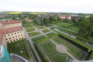 Díky vstřícnosti kněze jsem se dostala na lešení jižní věže a mohla park i zámek fotit z ptačí perspektivy. Vzadu vpravo je vidět fara.