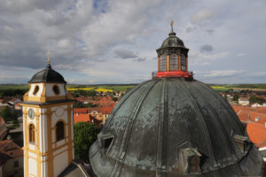 Díky vstřícnosti kněze jsem se dostala na lešení jižní věže a mohla fotit z ptačí perspektivy.