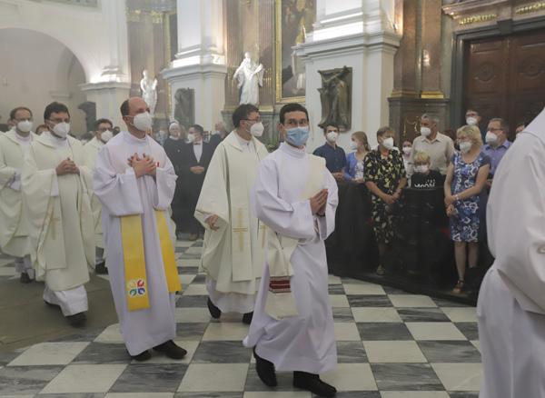 Přichází budoucí novokněz Milan Werl (s modrou maskou)