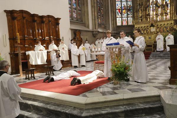 Budoucí jáhen a novokněz při modlitbě litanií ke všem svatým
