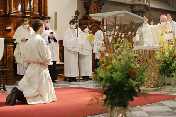 Josef Janoušek přijímá z rukou brněnského biskupa Vojtěcha Cikrleho jáhenské svěcení