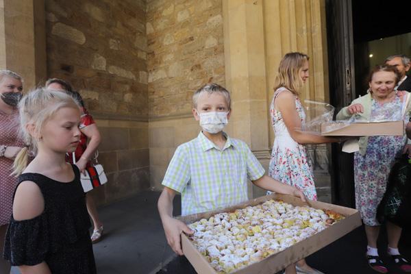 Dobrovolníci před katedrálou nabízeli výborné koláčky