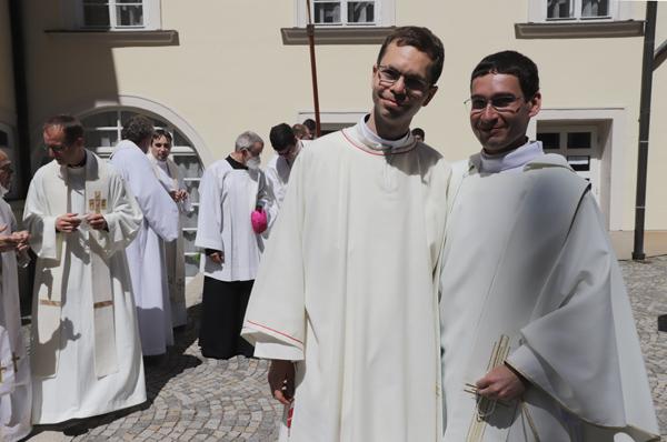 Společný snímek nového jáhna a novokněze