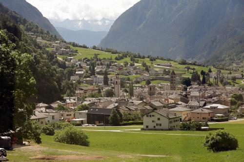 Jízda panoramatickým vlakem Bernina na trase Rhätusche Bahn nabízela nádherné pohledy na krajinu i architekturu horských městeček a vesniček Švýcarska