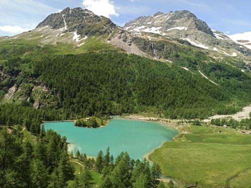 Jízda panoramatickým vlakem Bernina na trase Rhätusche Bahn nabízela nádherné pohledy