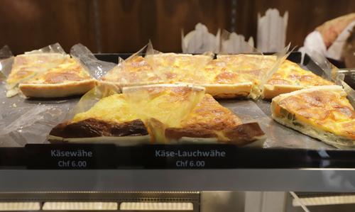 Typická švýracská dobrota käsewähe může trošku připomína pizzu