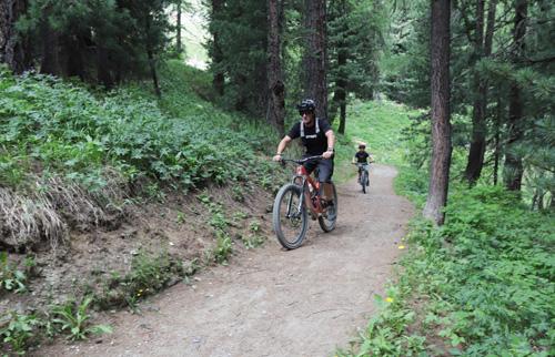 V nádherné přírodě Švýcarska narazíte na cyklisty všeho věku