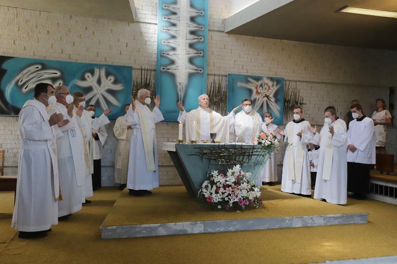 Hlavním celebrantem mše sv. byl biskup Vojtěch Cikrle