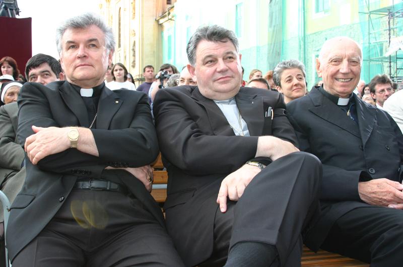 Biskup Petr Esterka (vlevo) na snímku s kardinálem Dominikem Dukou (uprostřed) a s kardinálem Špidlíkem vpravo na pouti na Velehradě 4. 7. 2004.