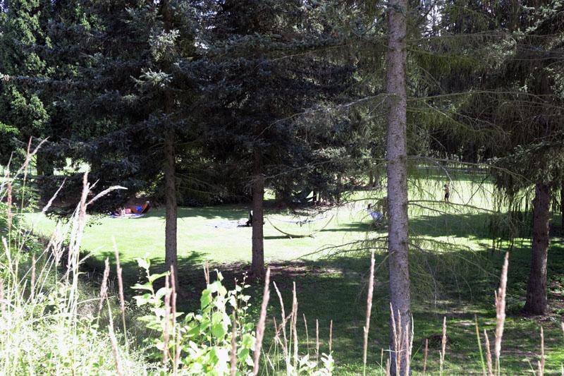 Kdo chce klid, může si ho využívat v relaxační zóně dále od bazénů, kde jsou houpací sítě i zábava pro děti.