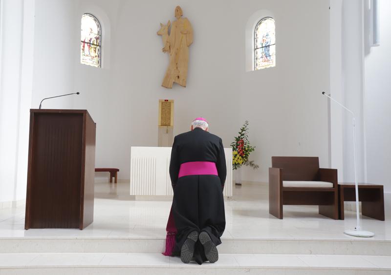 Po příchodu do chrámu se pan biskup dlouho modlil před novým oltářem