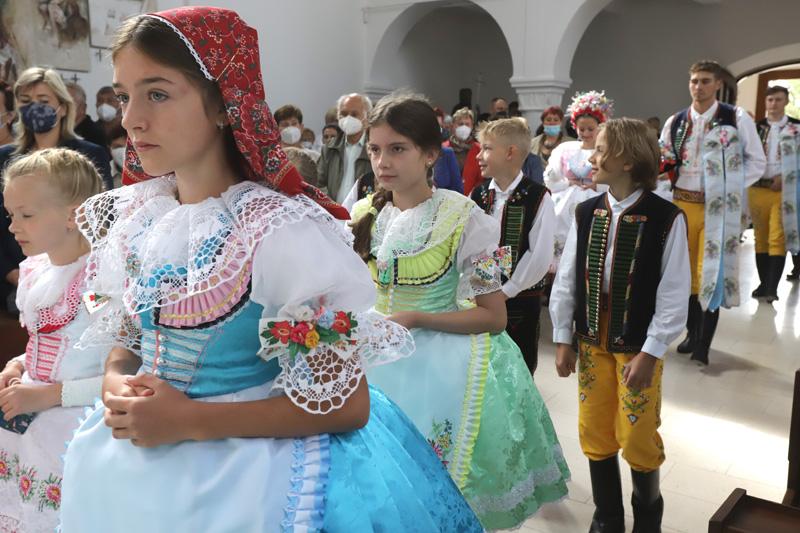 Někteří mladí se na slavnost nastrojili do krojů