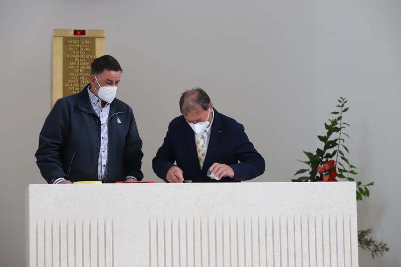 Kameníci z Chorvatska, kteří jsou autoři nového oltáře, ukládají ostatky světice do obětního stolu