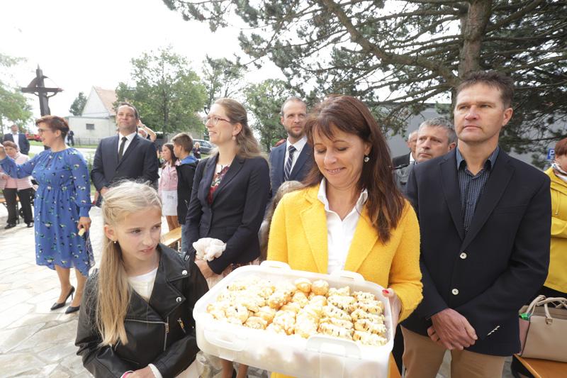 Po mši svaté ženy před kostelem nabízely výborné koláčky.