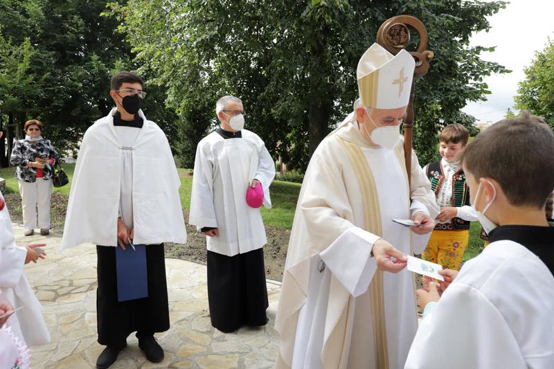Pan biskup věnoval krojovaným a ministrantům obrázek s požehnáním