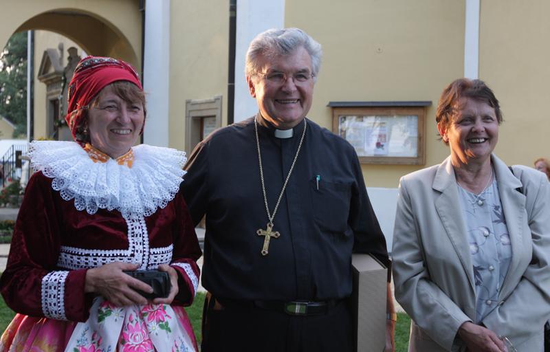 S biskupem Esterkou se na Antonínku chtěly vyfotit krojované ženy z Blatnice.