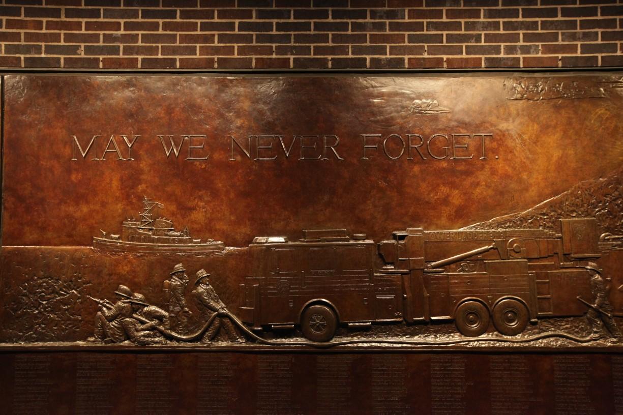 Na fasádě hotelu je památník těm, kdo při tragédii zahynuli