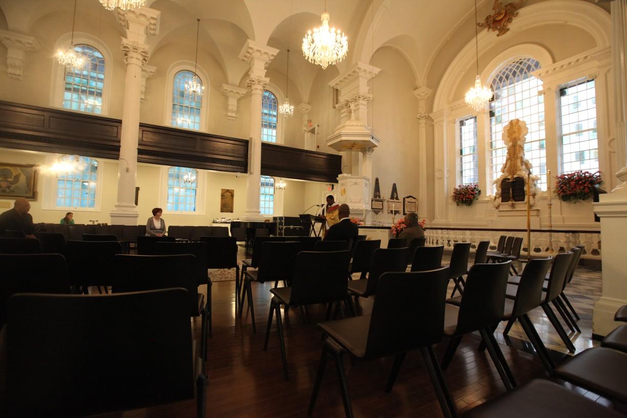 Zatímco venku byly desetisíce nažhavených cyklistů, uvnitř kostelíku nebyl téměř nikdo....