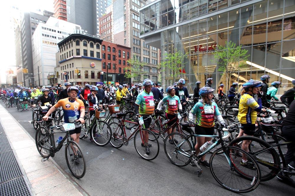V ulicích bylo ale plno cyklistů připravených na start závodu
