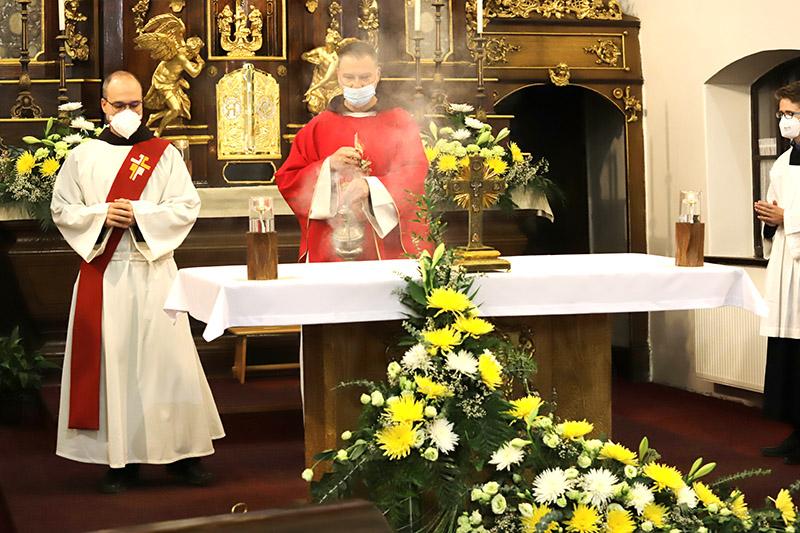 Začátek mše sv. ke svátku Povýšení sv. kříže