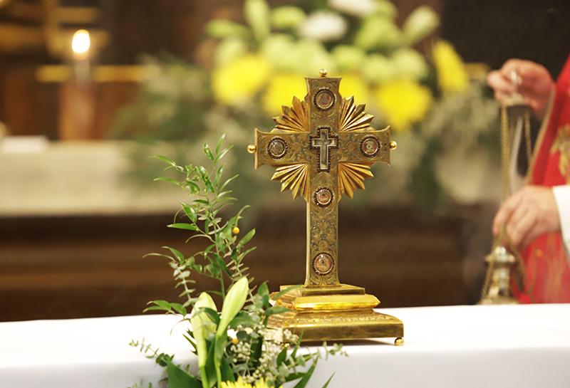 Kříž na oltáři v kapucínském kostele Nalezení sv. kříže v Brně
