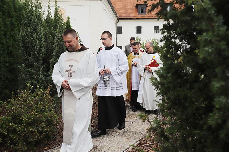 Po mši sv. věříci přešli do klášterní zahrady