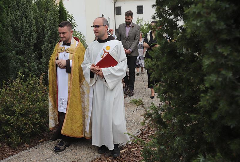 S nápadem umístit v klášterní zahradě kříž přišel P. Cyril Josef Komosný