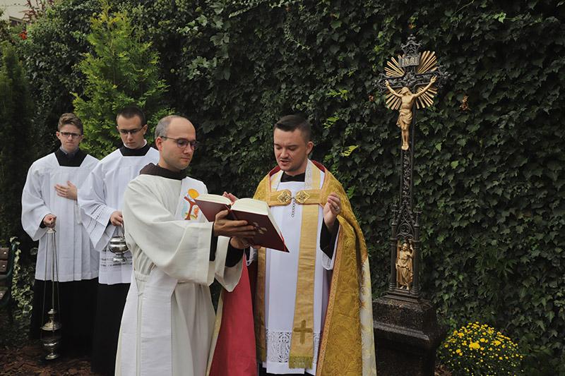 S nápadem umístit v klášterní zahradě kříž přišel P. Cyril Josef Komosný (vpravo)