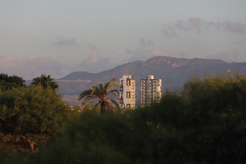 Svítání a pohled na hory od moře