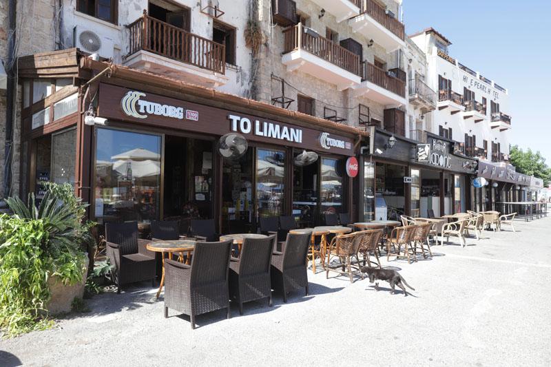 Covid vyhnal turisty i z tohoto přístavu v Kyrenii