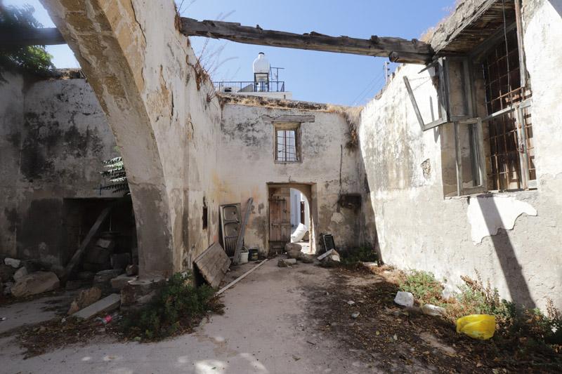 Z pohledu na tento zdevastovaný křesťanský kostel mně bylo hodně smutno