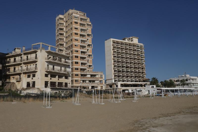 Vedle zchátralých hotelů se pláž pomalu začíná probouzet k životu