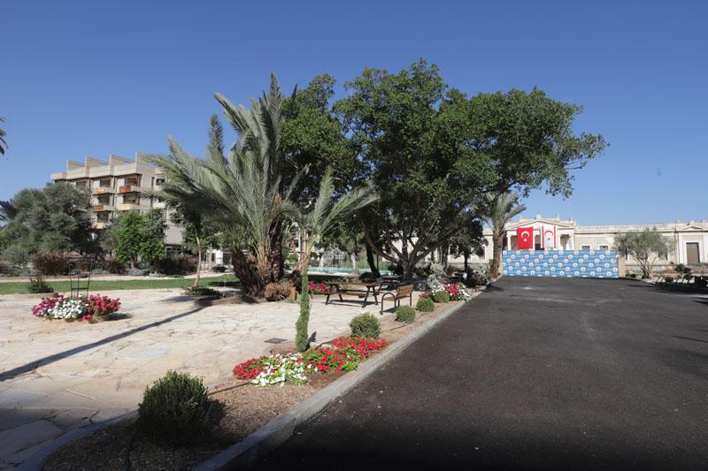 Kousek od vchodu je sídla Turků vodotrysk a květinová výsadba, což je až nepatřičné vedle zdevastovaných domů...