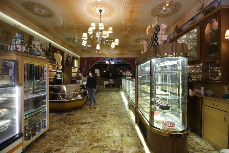 Interiér vyhlášené cukrárny Petek