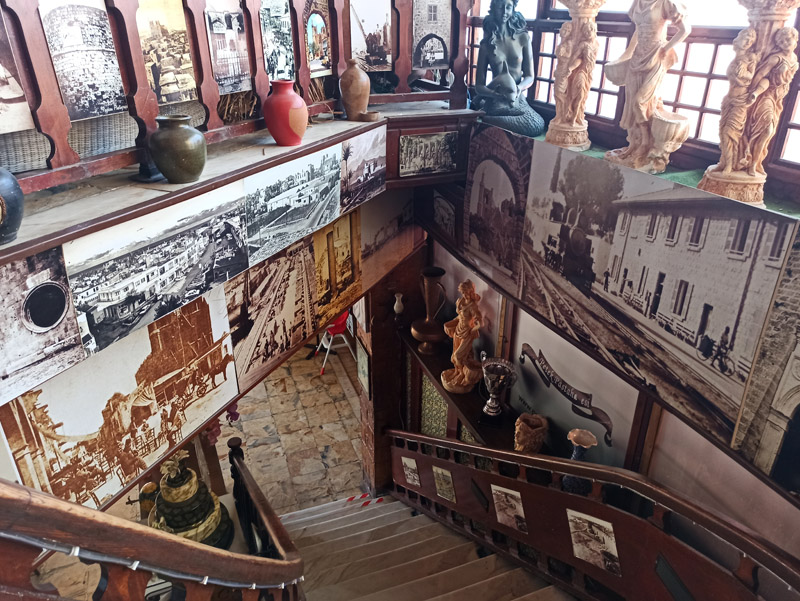 Historické snímky na schodišti cukrárny Petek