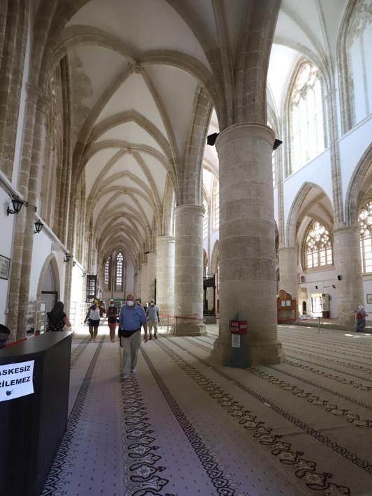 Interiér katedrály sv. Mikuláše, ze které je dnes mešita