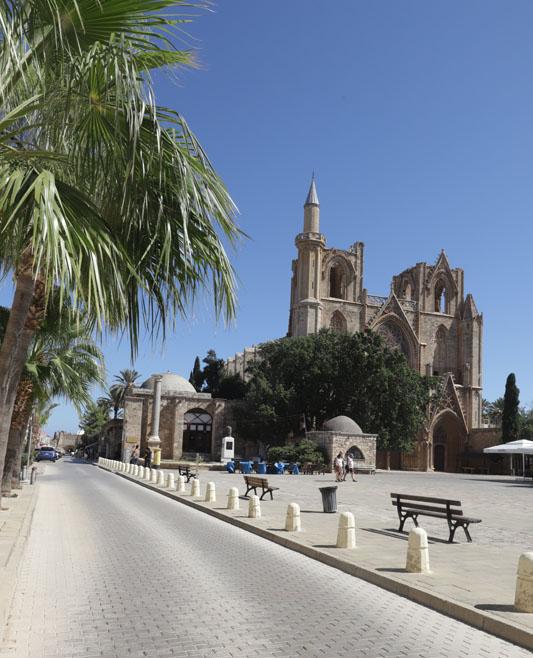 Katedrála sv. Mikuláše, ze které je dnes mešita